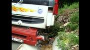 Пътна помощ Автокомплекс Димитров за изваждането на Рено Премиум от канавката с 25t ламарина