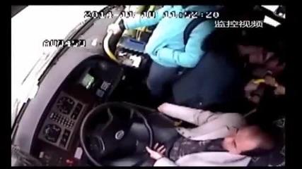 Шофьор краде телефона на един от пътниците!
