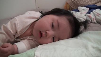 Шест-месечната Yerin се събужда от следобедната си дрямка