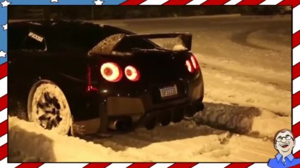 Богати хлапета се забавляват в снега със своите скъпи автомобили
