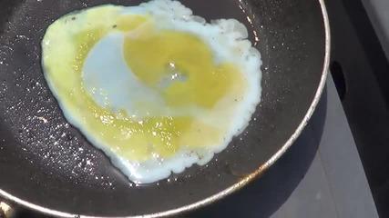 Пържене на яйце в тиган при 40 градуса температура в Австралия