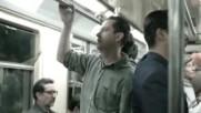 Как реагират пътниците , когато седнат на тази седалка в метрото ?