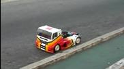 Състезателен камион играчка на пистата