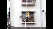 Две съседки правят страхотна каскада от балконите си