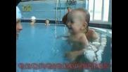 Бебета се Учат Да Плуват