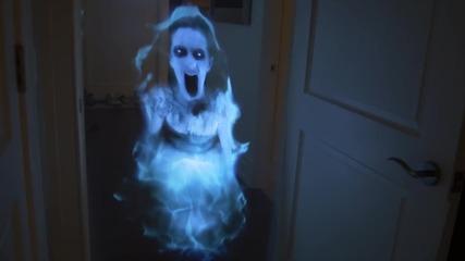 Пич плаши приятелката си с холограма призрак - Шега