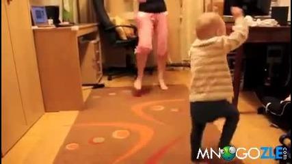 Бебок не издържа на Gangnam Style