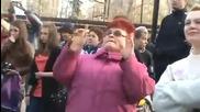 Тази баба е влезнала яко във филмa - смях :d