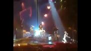 Риана се приби здраво на сцената!!