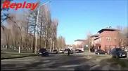 Гледайте какво се случва когато малоумник сече пътя на мотоциклетист!