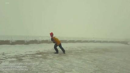 Метеоролог срещу силен вятър от 158 км / час