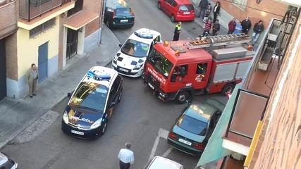 Глупави полицаи пропречват пътя на пожарната !