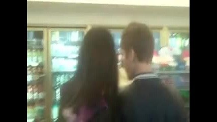 Джъстин и Селена в магазин