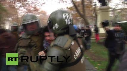 Водно оръдие срещу демонстриращи студенти в Чили