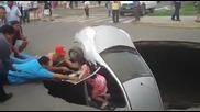 Спасяване на двойка пропаднала в огромна дупка с колата си