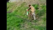 Пияница прави невероятни трикове с колело
