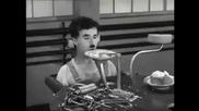 Чарли Чаплин с машина за хранене