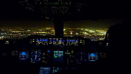 Поглед от кабината на Emirates Airbus A380 кацащ в Дубай