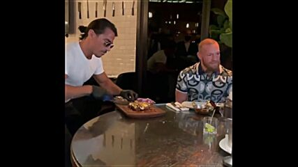 Конър Макгрегър изяде пържола за $1,000 при Salt Bae в Дубай