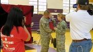 Родители-войници изненадват при завръщането си детето си чрез училищно магическо шоу