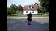 Гай танци в движение, получава удар с камион за сладолед (фута Optimo - Аз съм Gipper