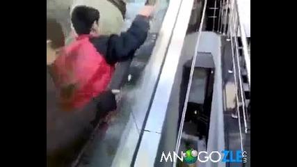 Поредната издънка на ескалатор - смях
