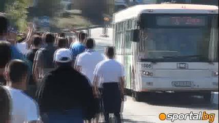 Левскари нападхана автобус с червени фенове
