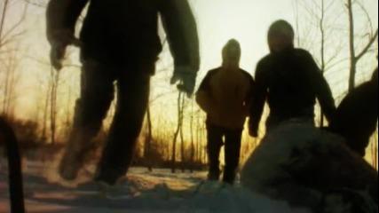 Момчета се забавляват в снега