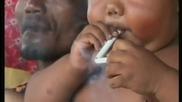Бебе на 2 години пристрастено към цигарите