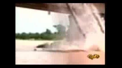 Кран пада докато тегли автобус