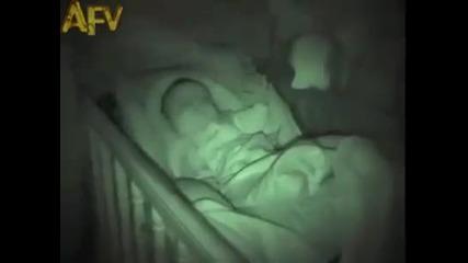 Най-странно спящото бебе