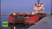Italy: Nearly 900 refugees arrive in Sicily aboard tug boat