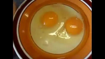 Много странно яйце