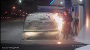 Вижте как жена запали нелепо колата си на бензиностанция, докато си играеше със запалка