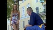 Момиче разсейва мъжете докато си оправя чорапите