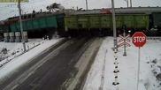 Камера заснема ужасна катастрофа с камион на Ж П прелез с участието на два влака!