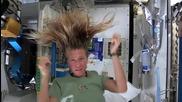 Дори и астронавтите трябва да си измият косата - вижте как