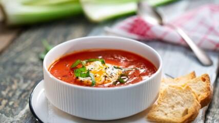 Бон Апети | Доматена супа с поширани яйца