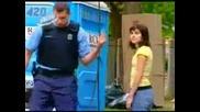 Двама Полицаи Си Правият Базици С Случайно минаващи хора- скрита камера