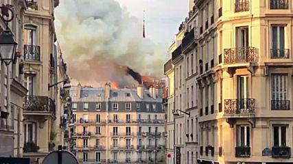 Кулата на Нотр Дам падна от буйните пламъци