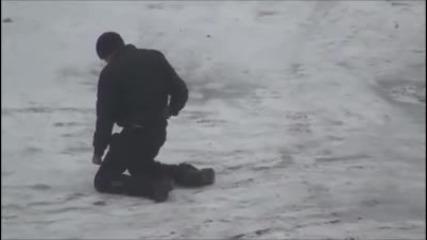 Пиян руснак раздвоен между пътя към къщи и тренировка
