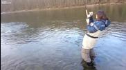 Смях ... Жена лови риба .