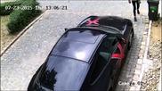 """Камера заснема как вандал одрасква боята на паркирано """" Порше """""""