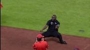 Охрана дава урок по танци на талисмана на отбора