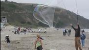 Гигантски балони на плажа