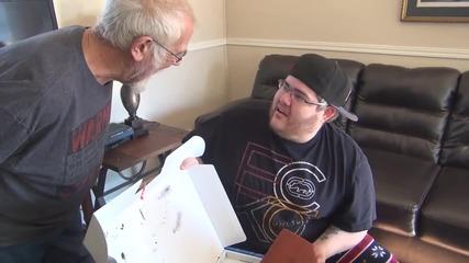 Дядка подарява плейстейшън на сина си - Шега