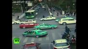 Нелегален таксиджия разнася полицай на предния капак
