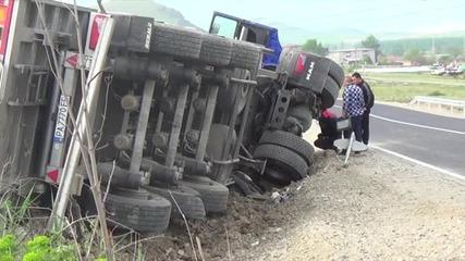 Пиян водач преобърна камион с жито край Сандански