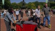 Илюзионист показва изумяващ трик с левитиращо момиче пред публика