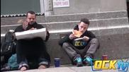 Пич иска храна от бездомник
